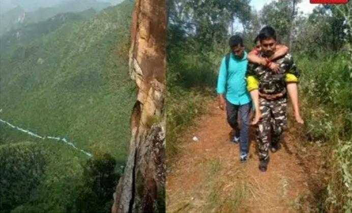 मुस्लिम कांस्टेबल ने बीमार महिला को अपनी पीठ पर लादकर 6 किमी पैदल चलकर पहुंचाया अस्पताल